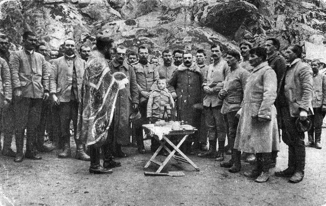 الجندي مومشيلو غافريتش برفقة عدد من زملائه في الجيش الصربي