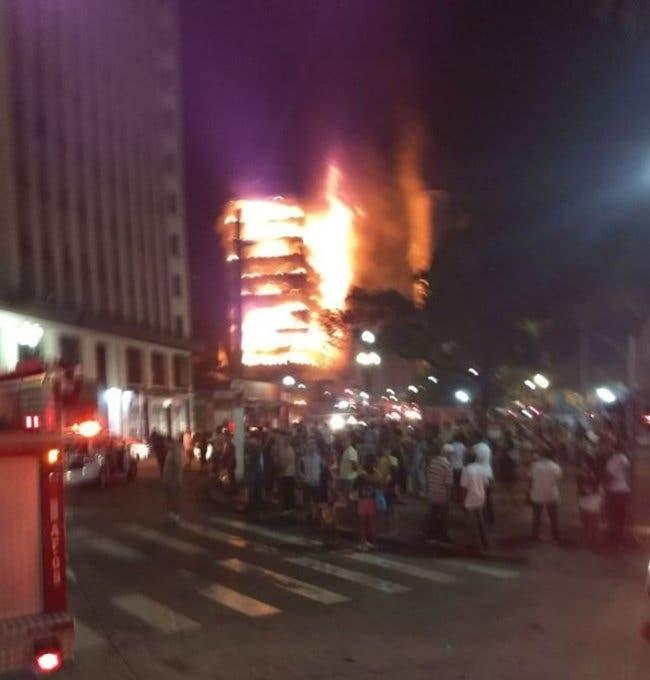 المبنى المشتعل