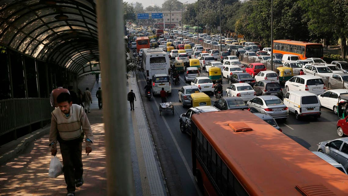 Cars and buses clogs a road in New Delhi on Dec. 16, 2015. (File photo: AP)