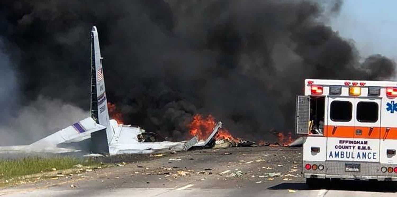 طیارے کو شاہراہ  پر گرنے کے بعد آگ لگی ہوئی ہے۔