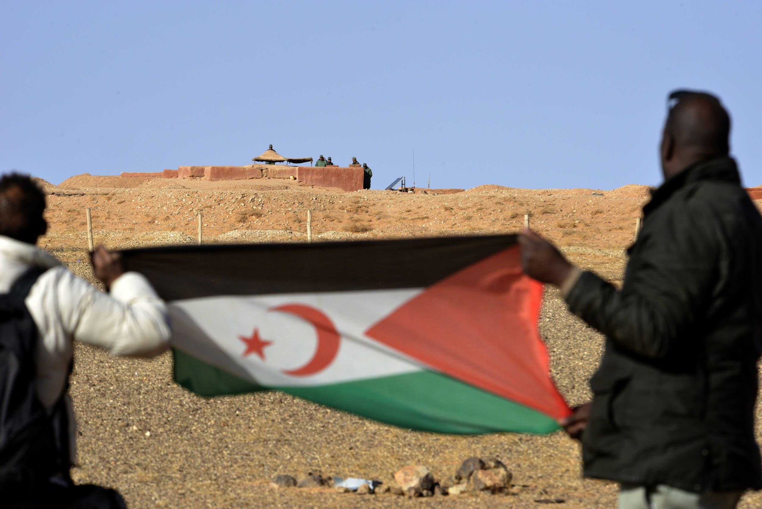 رجلان يحملان علم البوليساريو في الصحراء (أرشيفية)