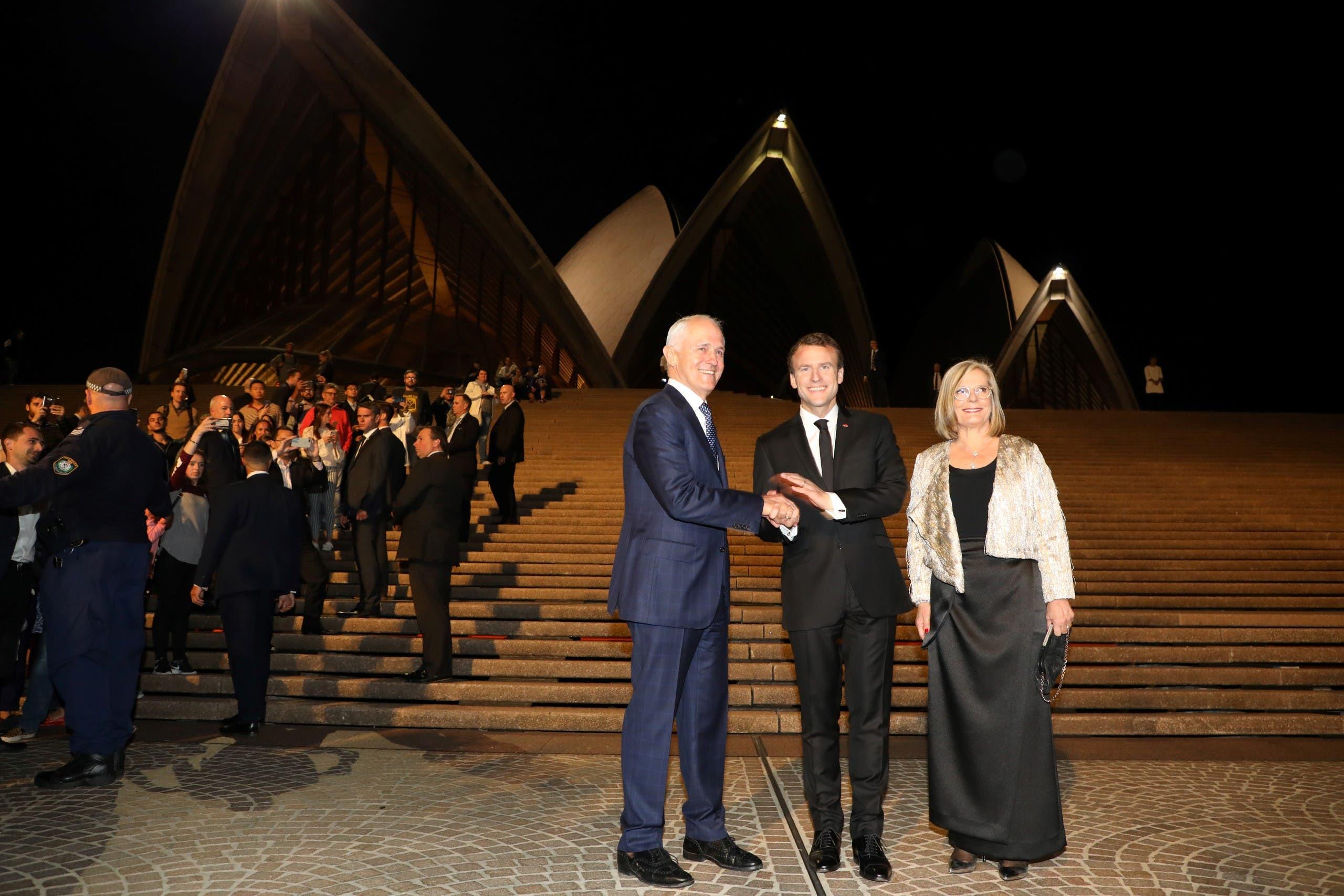ماكرون يتوسط رئيس وزراء أستراليا وزوجته لوسي