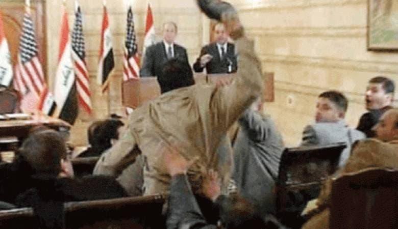 منتظر الزيدي لحظة رمي الحذاء بوجه بوش