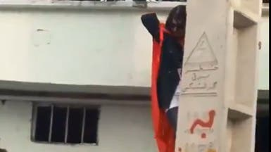 شاهد الشرطة في إيران تسحب امرأة من رجليها