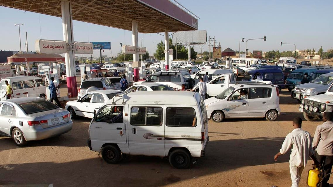 Motorists queue up at a petrol station in the Sudanese capital Khartoum on January 21, 2014. (AFP)