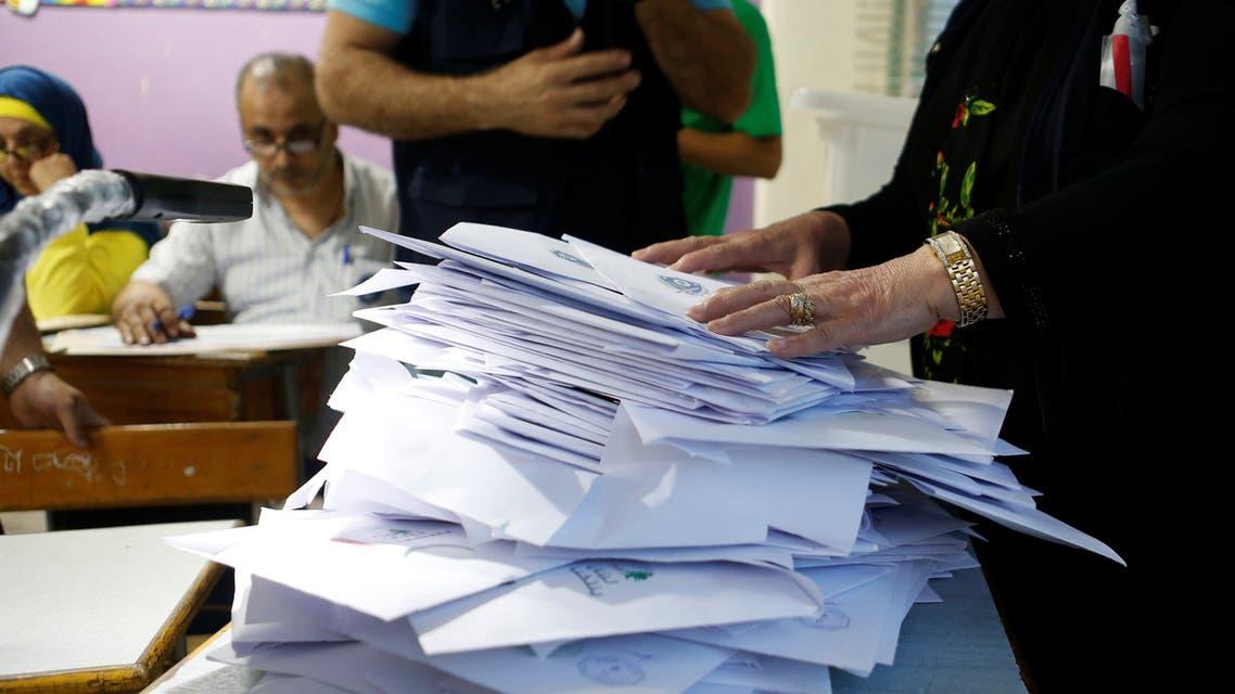 عملية فرز الأصوات في إحدى لجان الاقتراع في بيروت