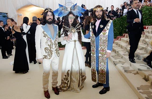لانا ديل راي تتوسط الممثل جارد ليتو وأليساندرة ميشيل مصمم دار غوتشي