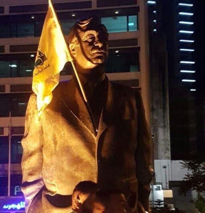 پرچم حزبالله لبنان بر روی مجسمه رفیق حریری