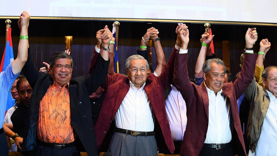 Former Malaysian prime minister and opposition candidate Mahathir Mohamad (C) celebrates with other leaders of his coalition during a press conference following the 14th general elections in Kuala Lumpur on early May 10, 2018. (AFP)