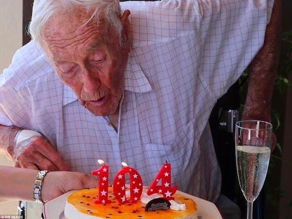 """بالصور..عالم عمره 104 أعوام ينهي حياته بـ""""الموت الرحيم"""""""