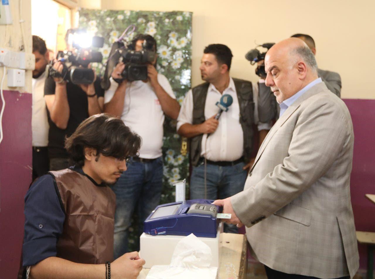 رئيس الوزراء حيدر العبادي يدلي بصوته