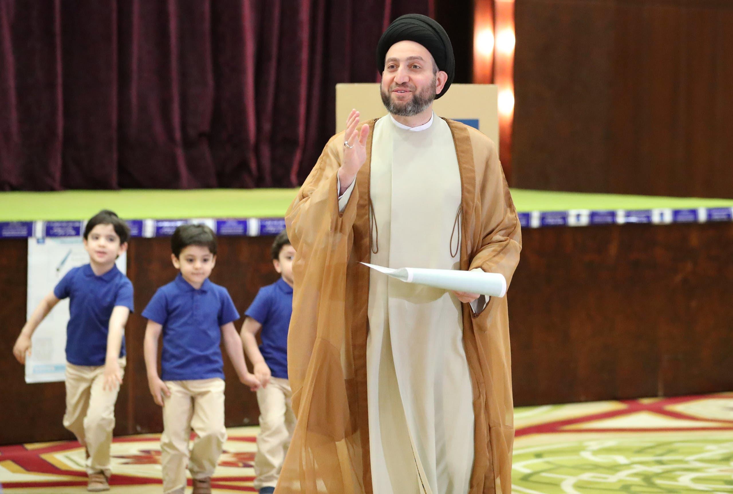 السياسي العراقي عمار الحكيم يدلي بصوته