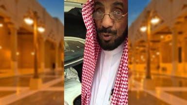 """شاهد..علاقة غريبة بين الشيخ """"بن ماجد"""" وطيور مسجد الرياض"""