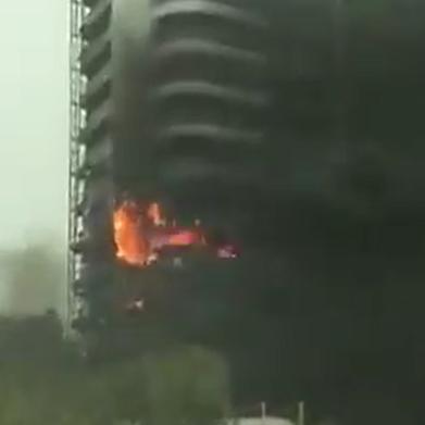 شاهد.. حريق ضخم في برج