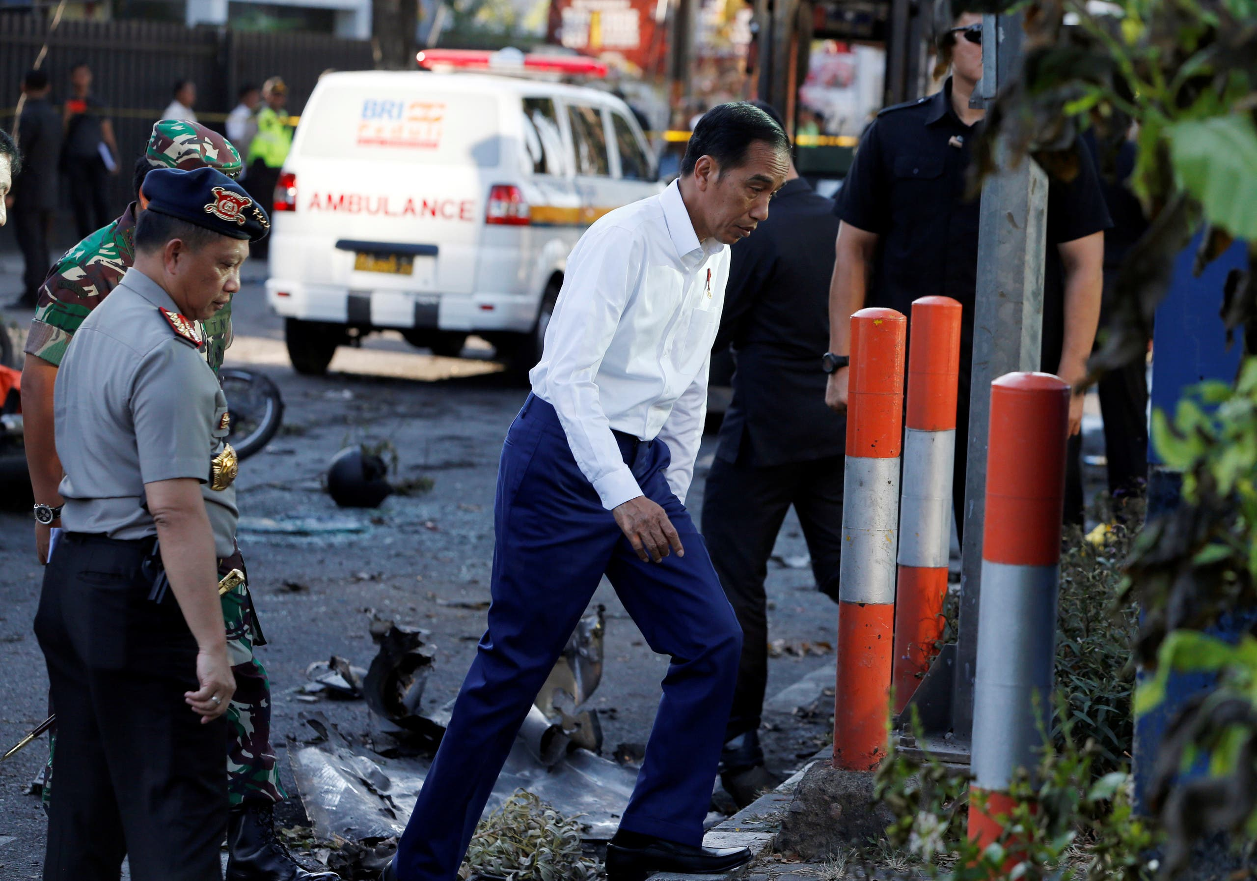 الرئيس الإندونيسي خلال زيارته لموقع الهجمات