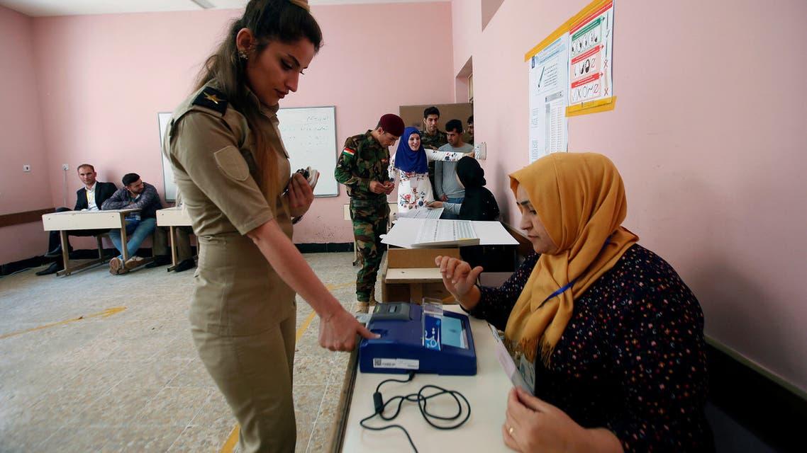 عضو بالبيشمركة تصوت في كردستان