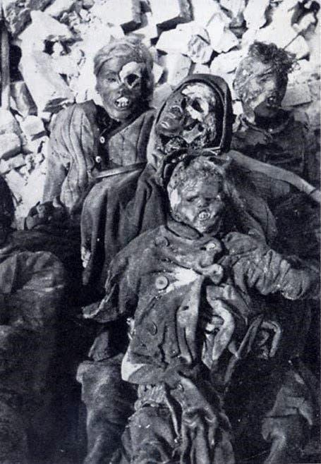 جثث متفحمة لأشخاص قتلوا عقب استهداف مدينة هامبورغ بالقنابل الحارقة