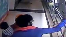 میاں بیوی کے 'سیلفی' کے شوق نے شیرخوار بچی کی جان لے لی: ویڈیو