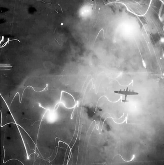 صورة لطائرة بريطانية من نوع لانكاستر في سماء هامبورغ
