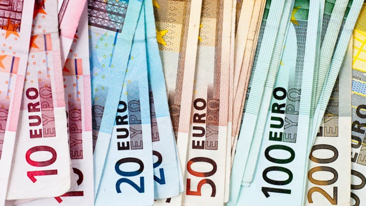 إجراءات عزل عام فرنسية محتملة تهوي باليورو