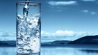 علام يدل لون البول؟ وهل كثرة شرب الماء خطر؟