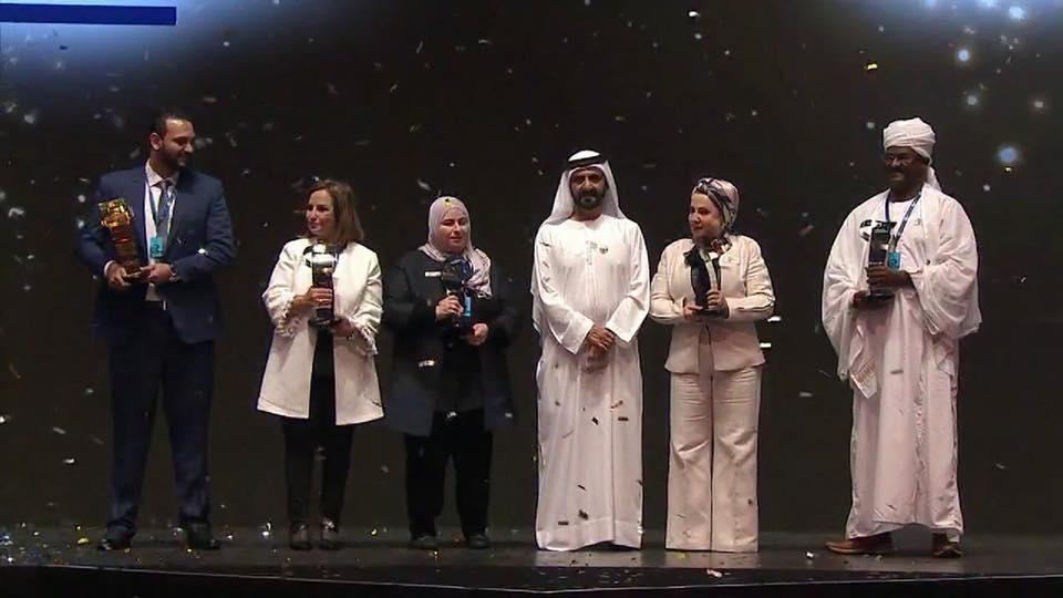الشيخ محمد بن راشد يتوسط الفائزين ومحمود وحيد في أقصى يسار الصورة