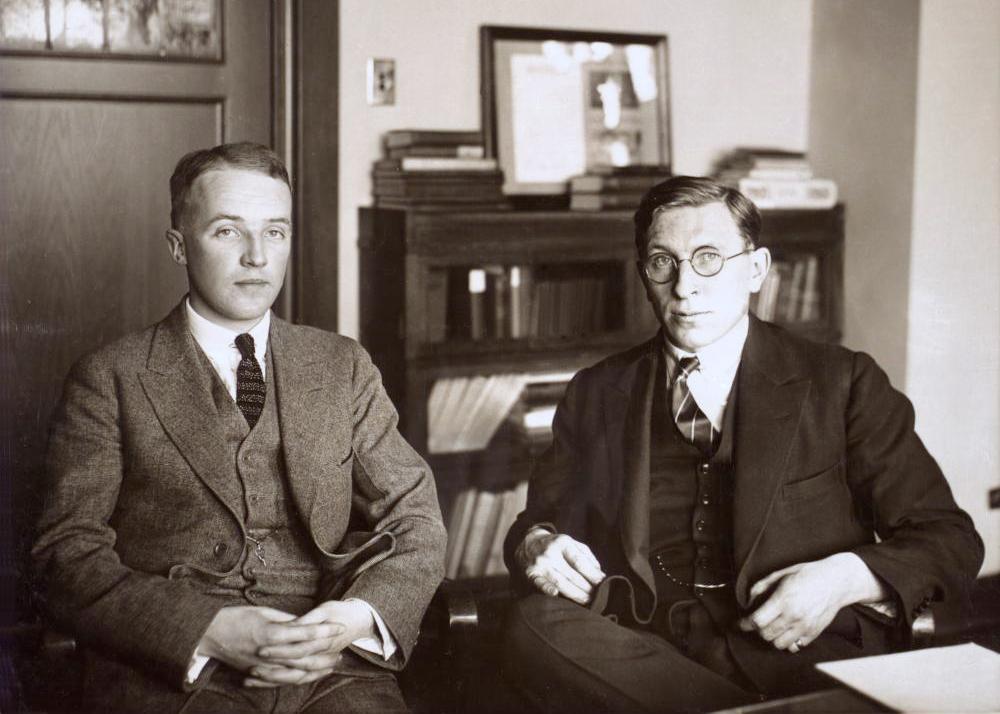 الطبيب الكندي فردريك بانتنغ (على اليمين) والباحث تشارلز بست