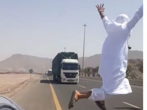 شاب متهور رقص أعلى سيارة ثم ألقى بنفسه أمام شاحنة