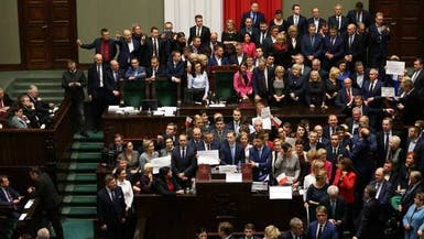 معاقون يعتصمون بمقر برلمان بولندا خلال اجتماع للناتو