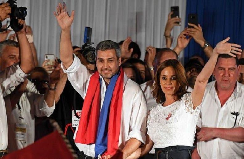 رئيس الباراغواي المنتخب ماريو عبدو بينيتيز وزوجته سيلفانا موريرا