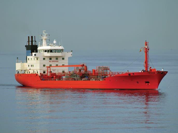 سفن في البحر تغص بحمولات السلع والخام