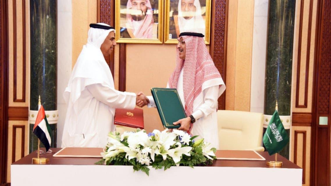 عبيد الطاير ومحمد الجدعان خلال توقيع الاتفاقية في جدة