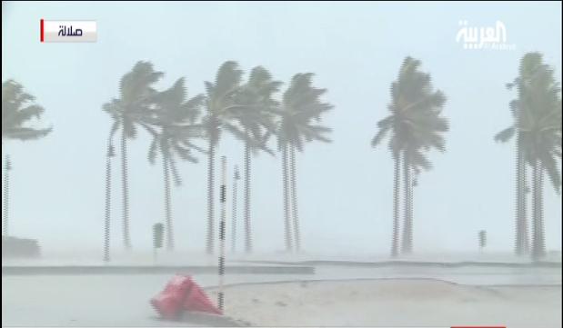 """كاميرا """"العربية"""" تسجل اشتداد الرياح والأمطار بسواحل صلالة في عمان"""