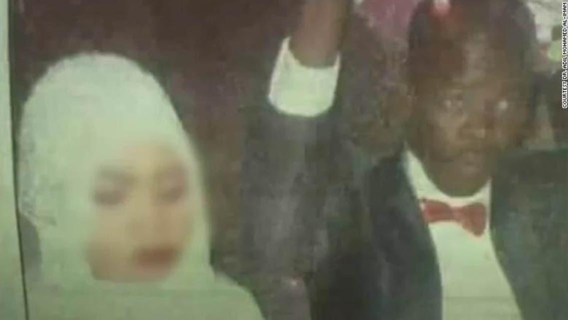 صورة غائمة نشرها موقع سي إن إن للعروس نورا أثناء زفافها
