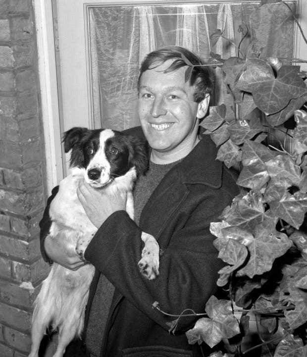 ديفيد كوربيت وكلبه الذي عثر على الكأس المسروقة