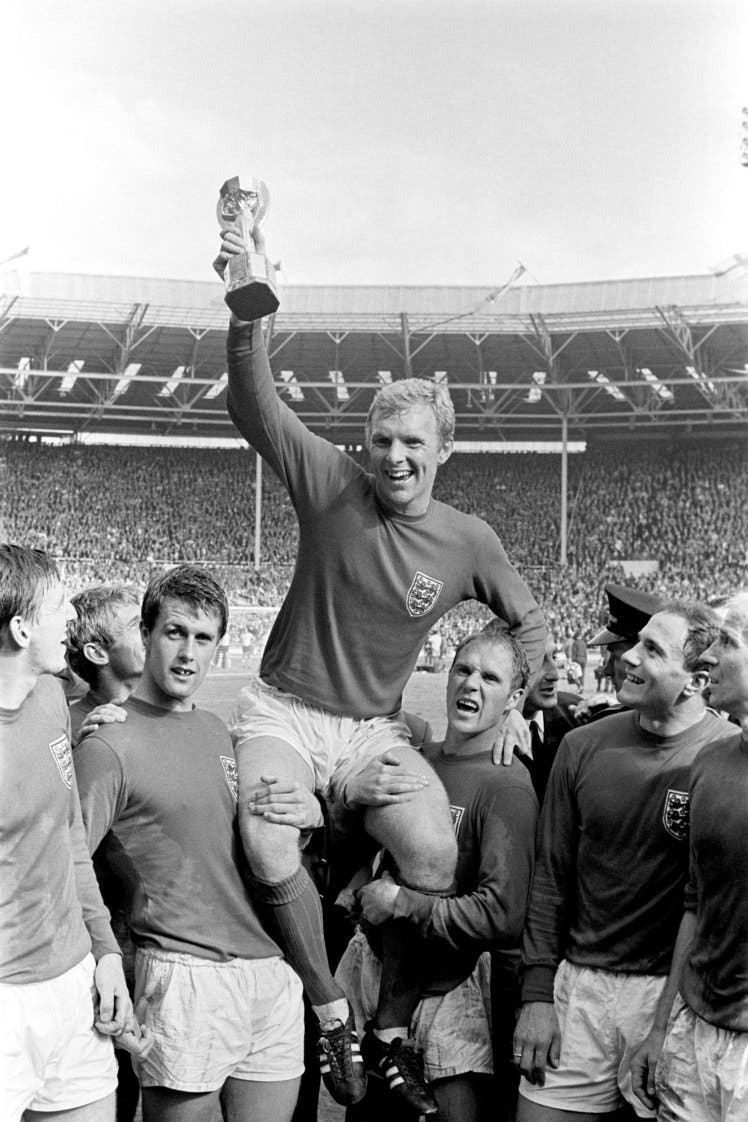 الإنجليز يرفعون الكأس المسروقة في ملعب ويمبلي غرب لندن 1966