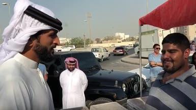 """فيديو.. ابن ملك البحرين بسوق السمك ومعه """"هدية"""" لصيادين"""