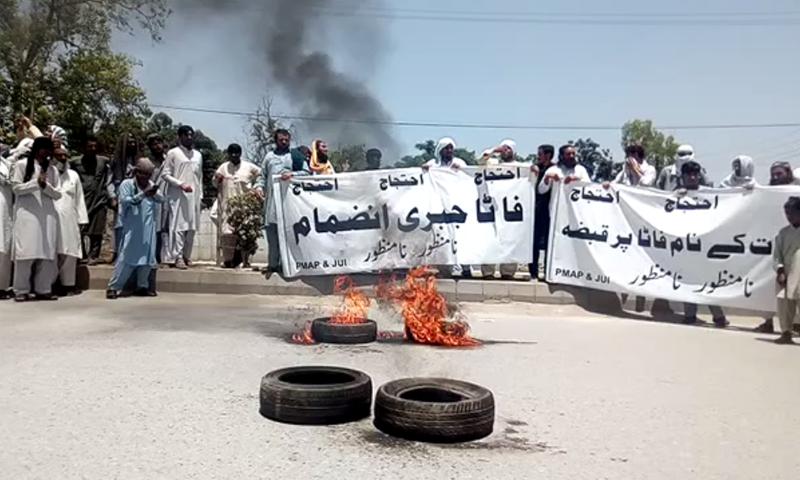 پشاور میں  صوبائی اسمبلی کی عمارت کے باہر جے یو آئی  اور فاٹا  سے تعلق  رکھنے والے انضمام  بل کے خلاف احتجاجی مظاہرے میں شریک ہیں۔