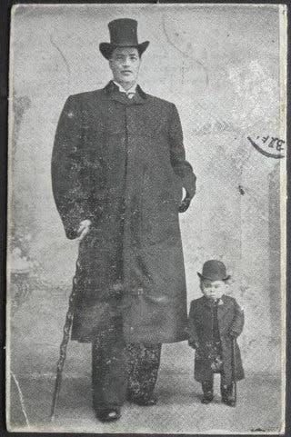 صورة لآدم راينر رفقة رجل قصير
