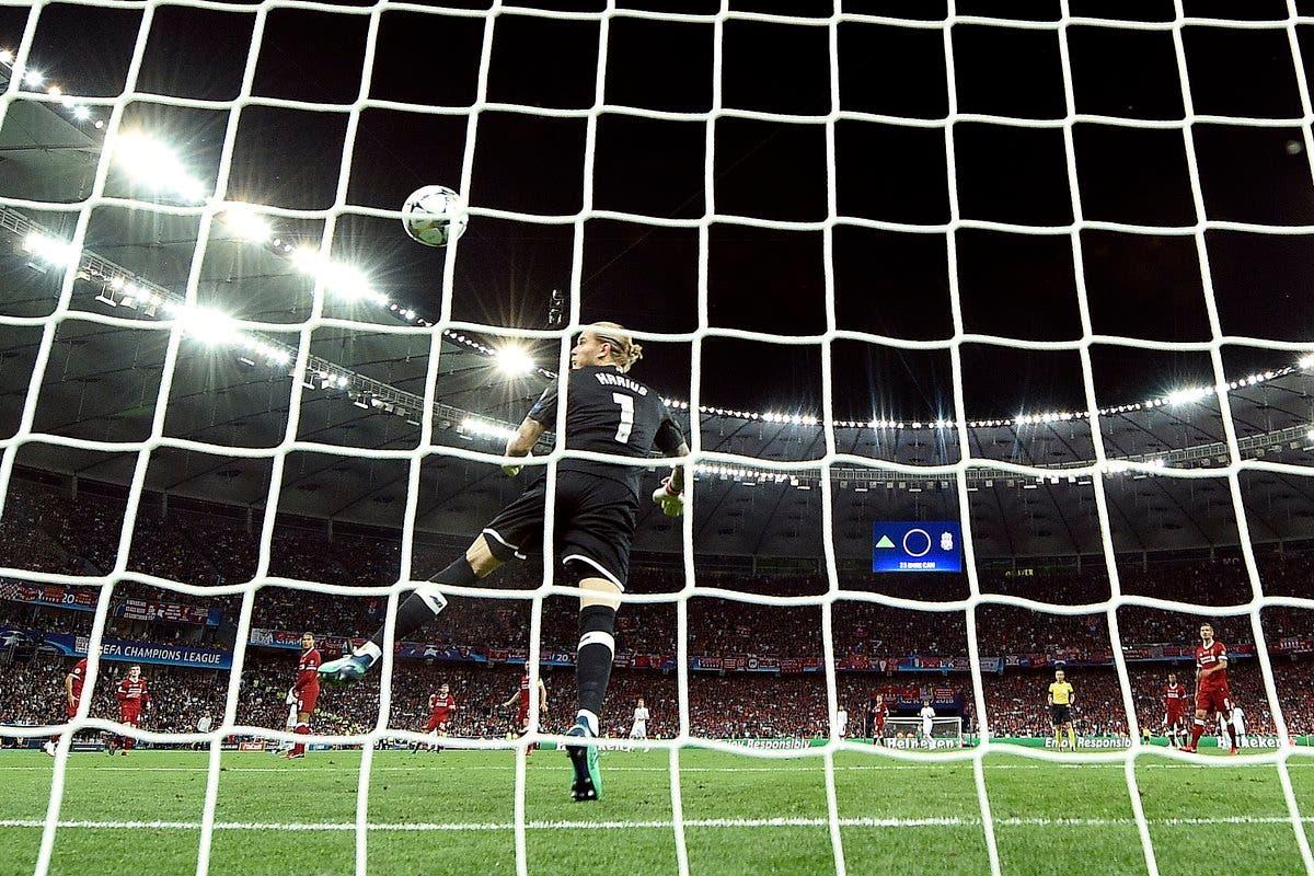 كاريوس لحظة إفلاته الكرة في الهدف الثالث
