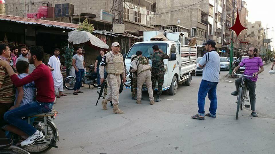 جنود الأسد بالزي العسكري الكامل يخضعون لتفتيش جنود روس بعد القبض عليهم