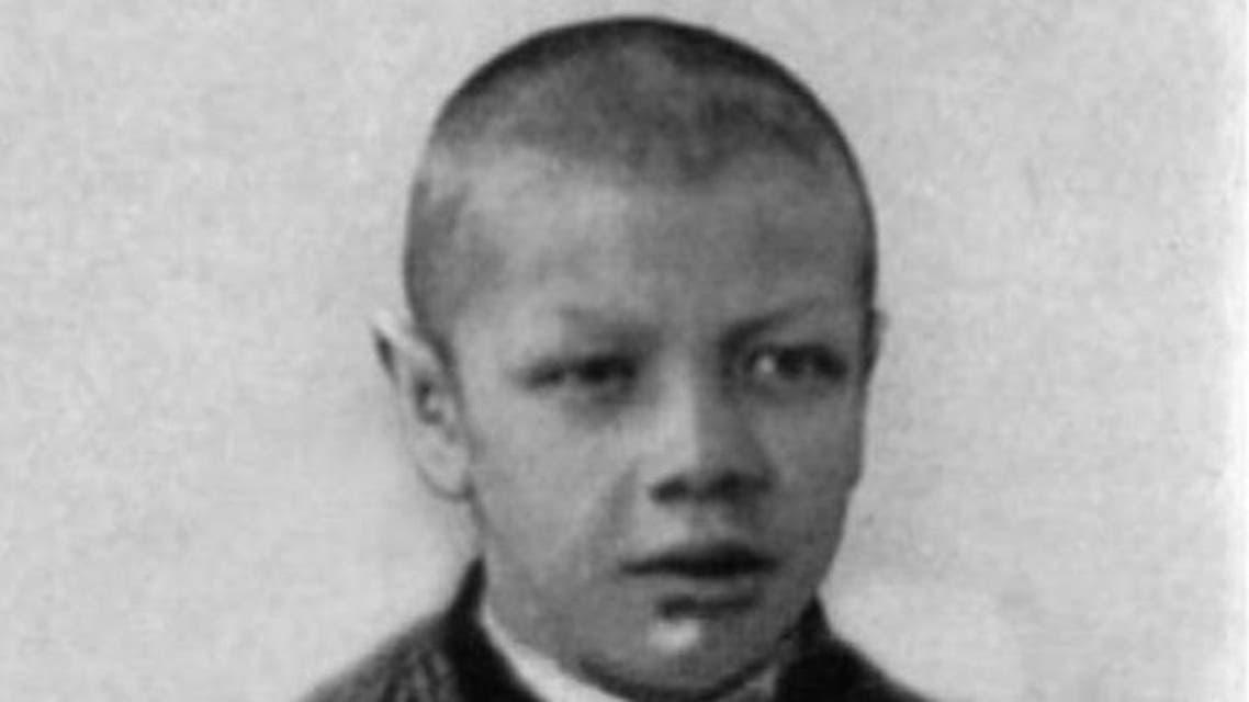 صورة لآدم راينر خلال فترة المراهقة