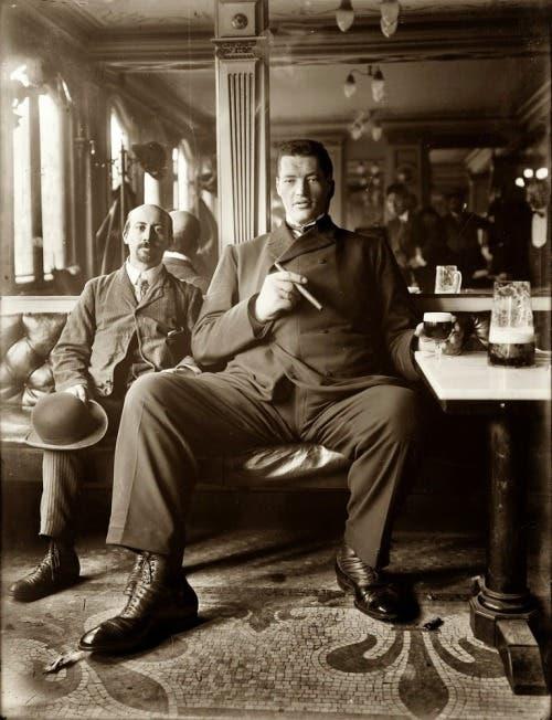 صورة لآدم راينر رفقة رجل عادي