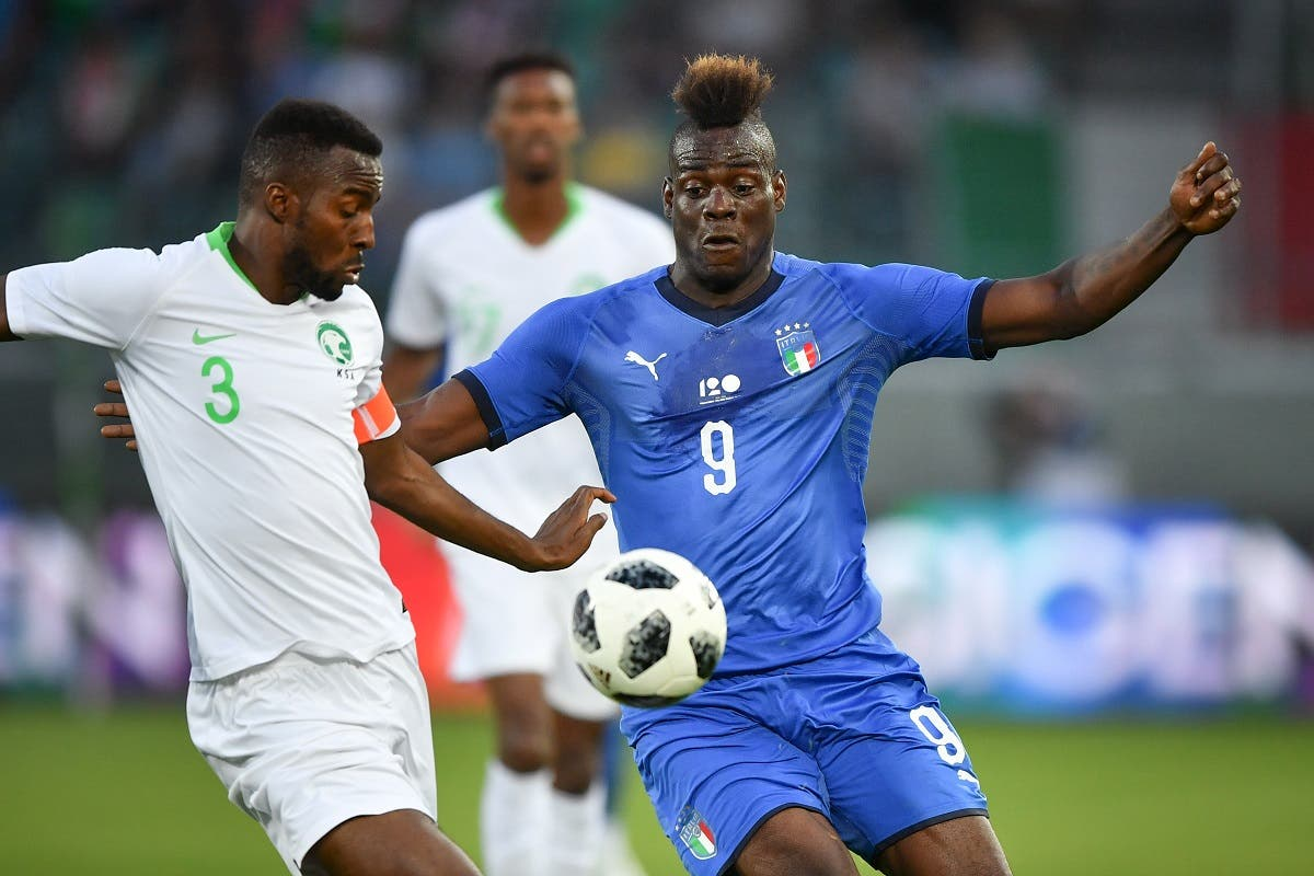 Italy's forward Mario Balotelli (R) anfd Saudi Arabia's defender Osama Hawsawi vie for the ball during the friendly football match between Italy and Saudi Arabia at Kybunpark stadium in St Gallen on May 28, 2018.  Fabrice COFFRINI / AFP