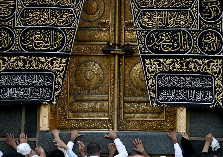 مسلمانان کعبه را در مسجد بزرگ مکه، سعودی لمس می کنند