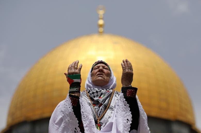 زن فلسطینی در حال عبادت