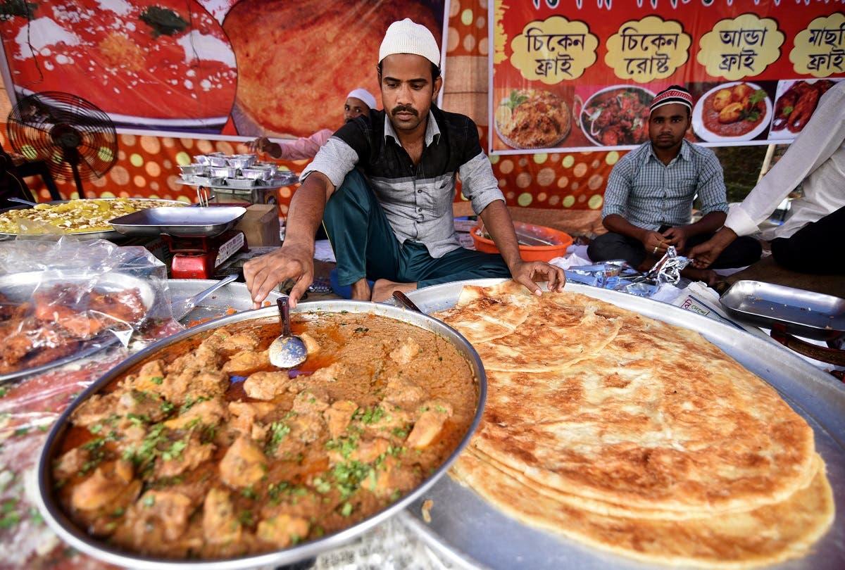 فروش غذای آماده برای افطار در شهر گراخاتی هند