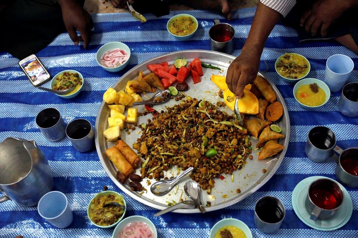 مسلمانان در اولین جمعه ماه رمضان در مسجدی در بانکوک، غذا میخورند