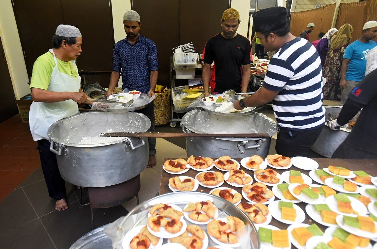 داوطلبان روز اول ماه رمضان در مسجدی در سنگاپور برای افطار غذا آماده کردند