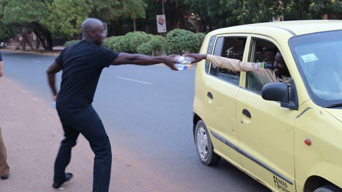 المارينز يقلدون السودانيين ويستوقفون المارة للإفطار